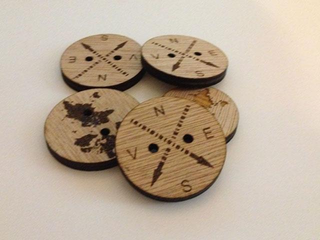Nasturi din lemn gravati cu puncte cardinale - cod AX02