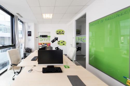 Folie sablare aplicata pe usa de sticla, stickere verde decupat HTC   Amenajare birouri HTC